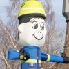 Freundlich lachender Hereinwinker Luftmann mit Helm und Uniform